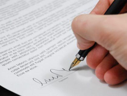 Tienes que leer, tienes que pensar, y jamás debes firmar algo que no tengas claro